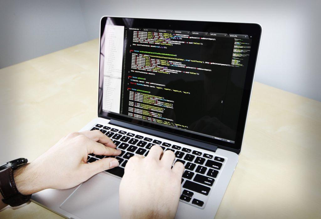 ノートパソコンを使っている画像