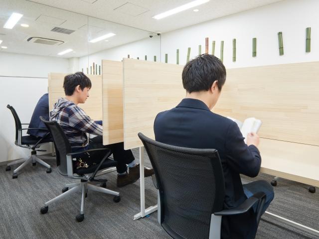 勉強している男性