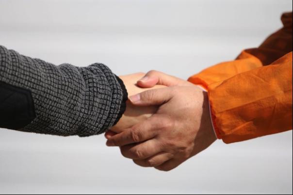 握手している画像