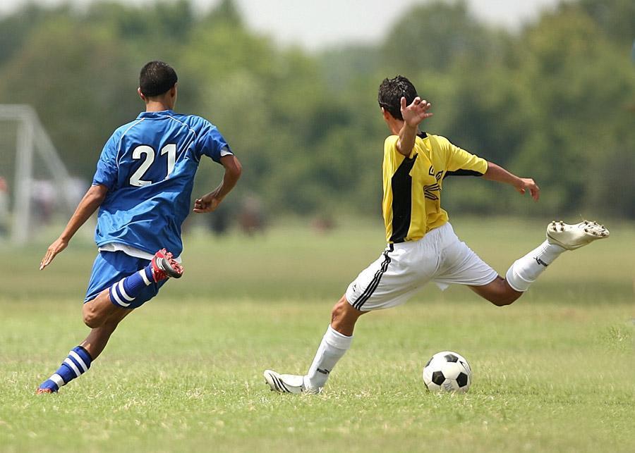 サッカーしている画像