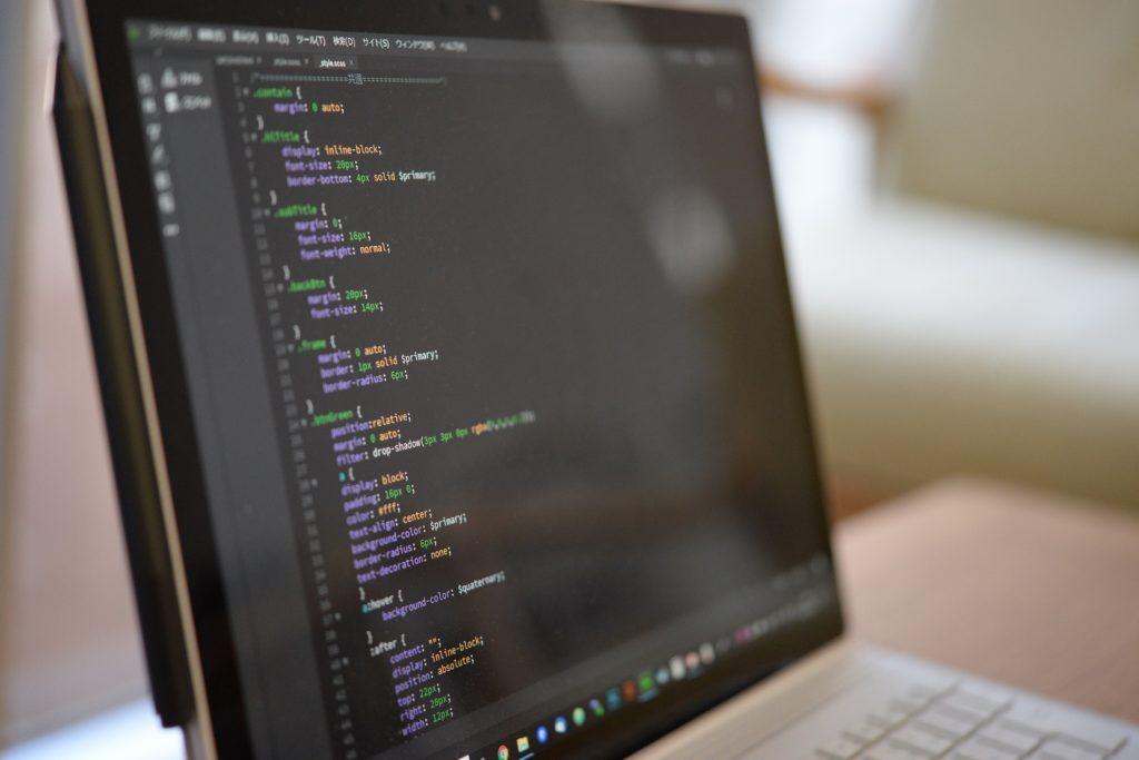 プログラムコードが表示されているパソコンの画像