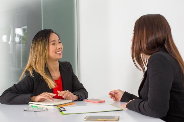女性が語り合っている画像