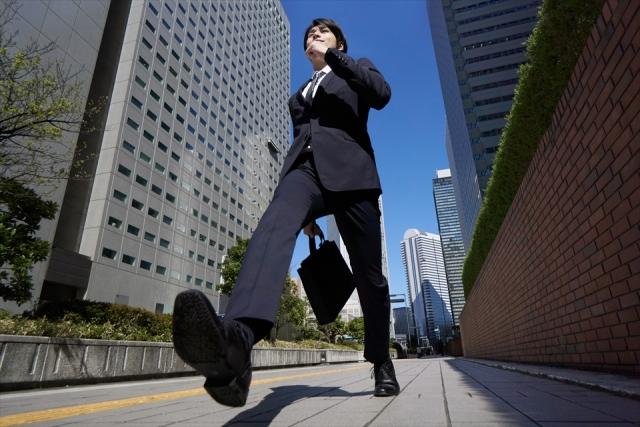 前を向いて歩いている男性の画像