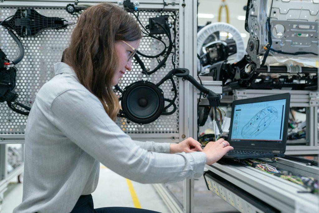 パソコンを使っている女性の画像