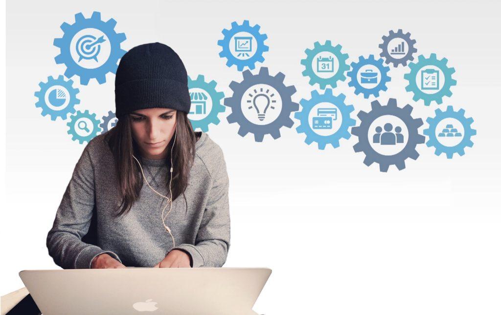 ノートパソコンを使っているニット帽の女性