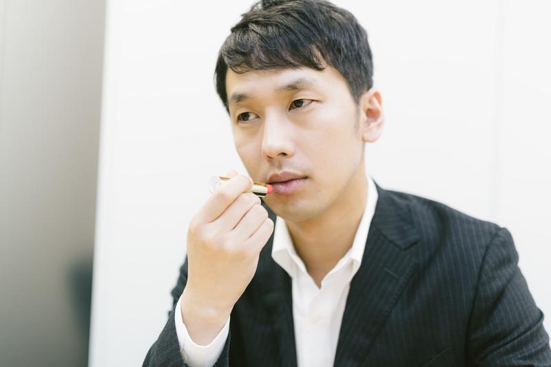口紅を塗っている男性
