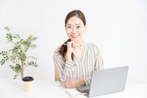 プログラミング学習する女性
