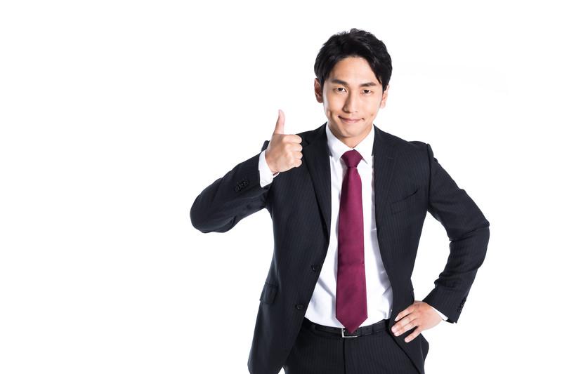 親指を立てている男性