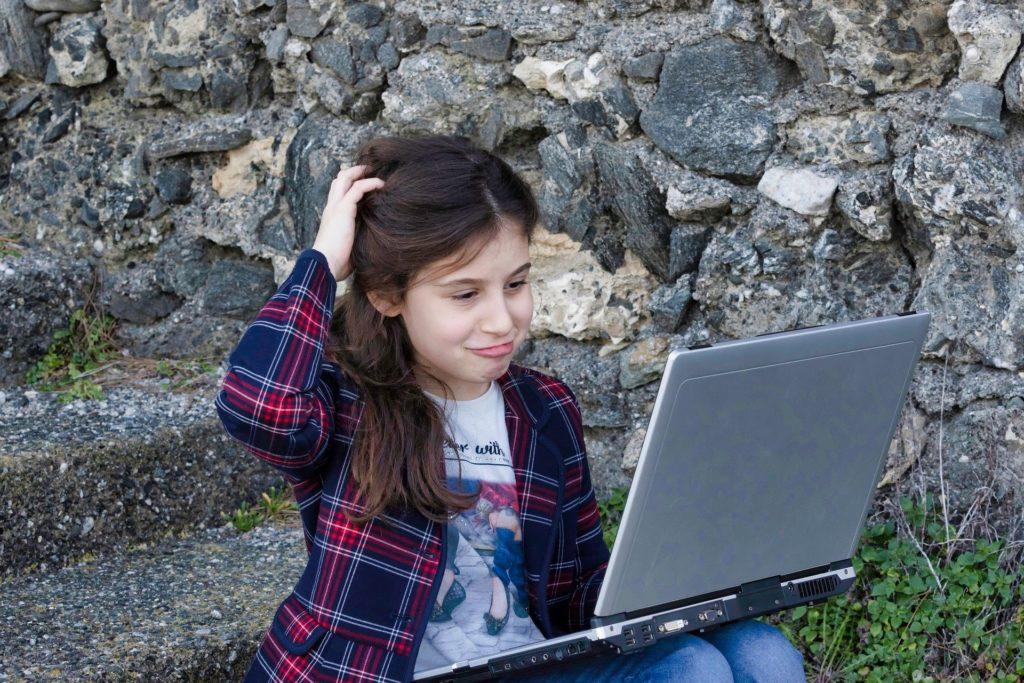 パソコンを使っている子ども