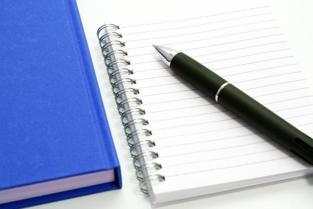 本とペンが並んでいる画像