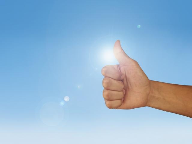 親指を立てている手