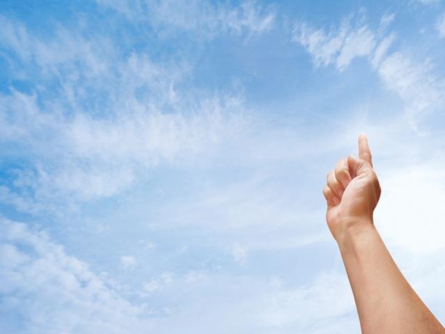 人差し指を立てている人