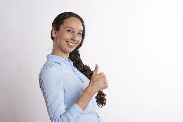 親指を立てている女性
